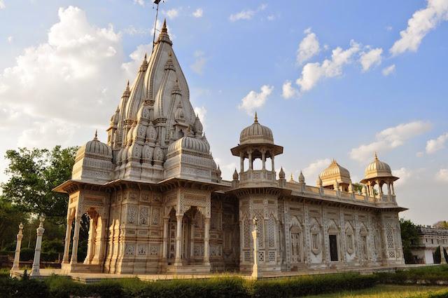 Chhatris-of-Scindia-Dynasty-in-Shivpuri.jpg