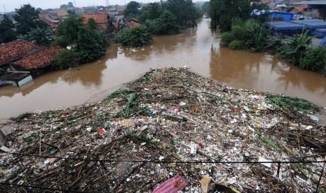 sampah-menumpuk-di-sungai-ciliwung-yang-meluap-di-rawajati.jpg